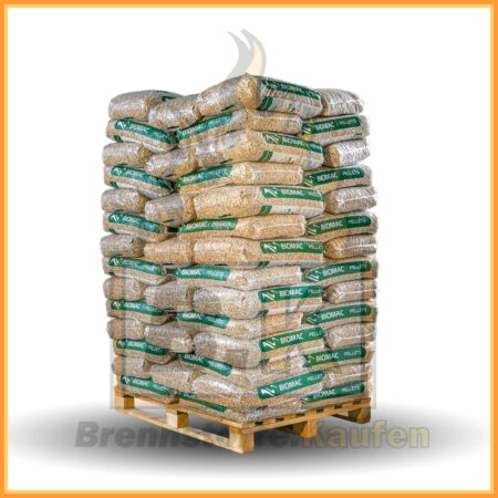 Holzpellets in 15 kg Säcken auf einer Palette geschlichtet