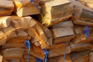 Brennholz Kaminholz Netzsäcke geschlichtet