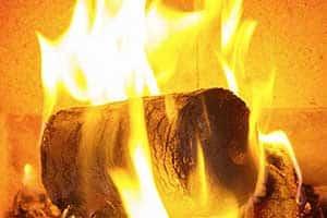 Holzbrikett im Ofen brennt