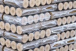 Kompakt und sicher verpackte Holzbriketts